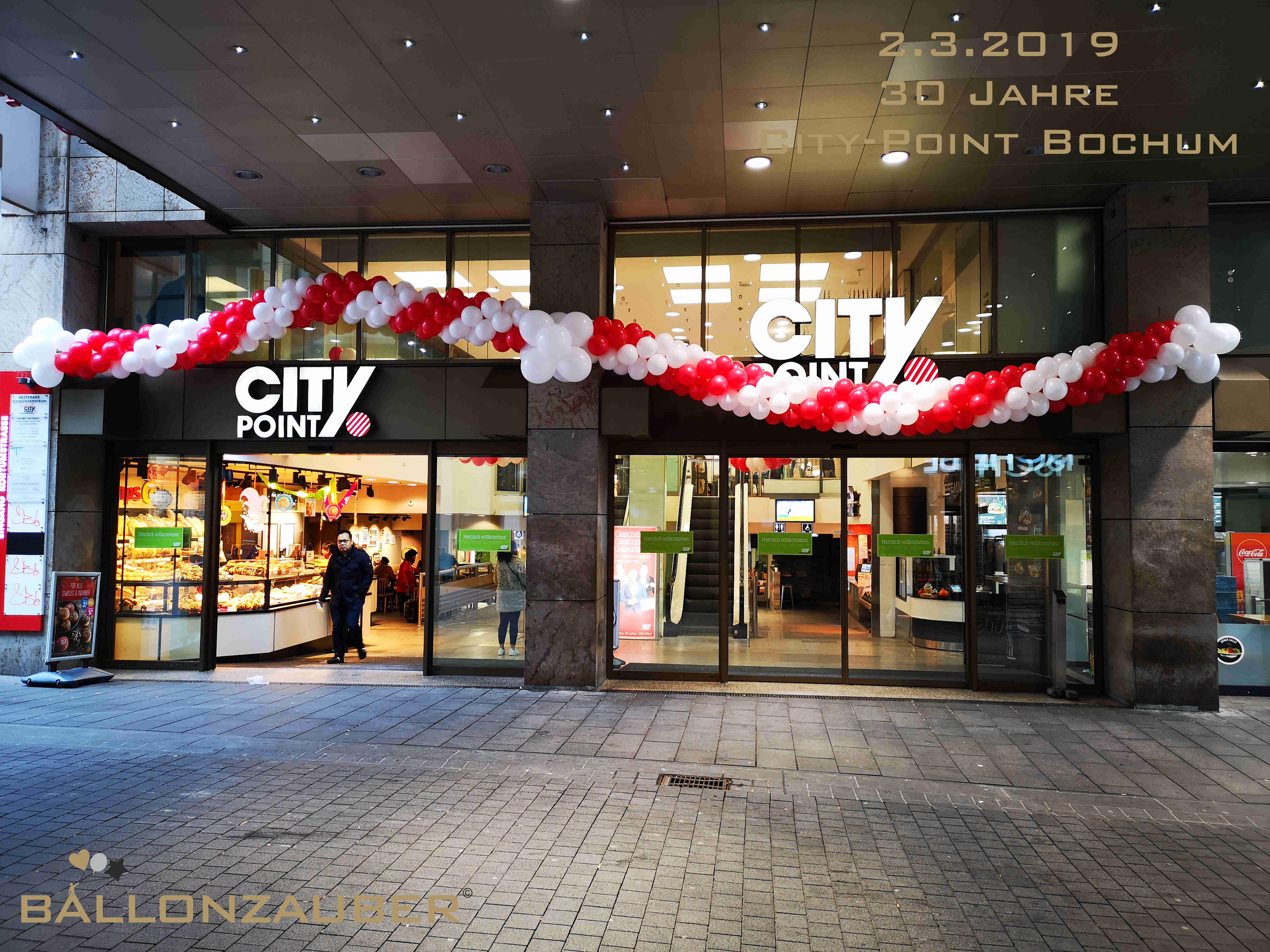 Zum 30 Jubliaum Durften Wir In Bochum Das City Point Einkaufszentrum Mit Ballongirlanden Aus Weissen Und Roten Lat Ballondekorationen Ballongirlande Girlanden
