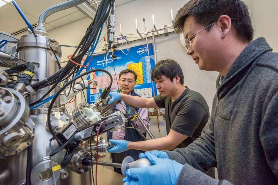 For This Metal, Electricity Flows, But Not the Heat. Berkeley-led study finds law-breaking property in vanadium dioxide that could lead to applications in thermoelectrics, window coatings