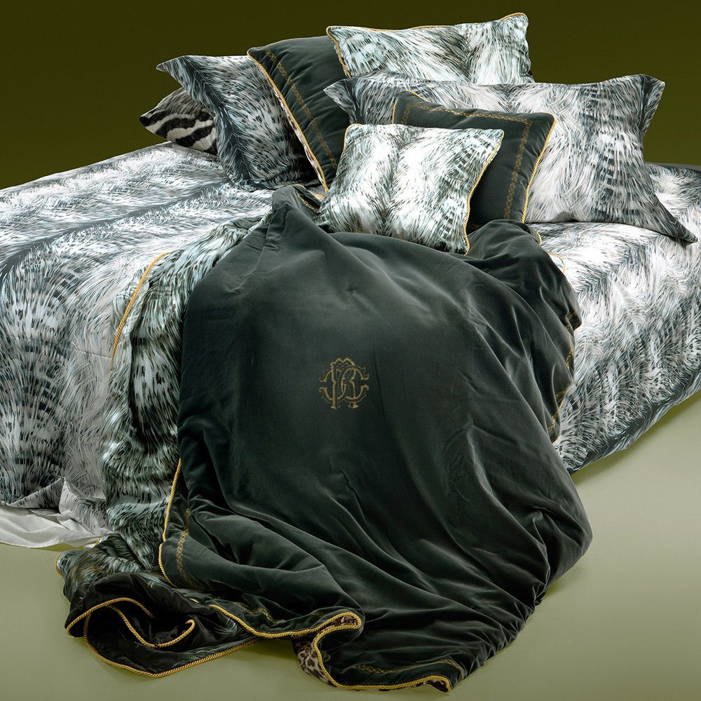 Adorn your bedroom in classically opulent design with this Cinci duvet cover set from Roberto Cavalli. Featuring a delicately striped fur print, this set is wonderfully smooth and soft due to its 300