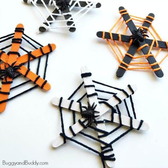 Spinnennetz-Handwerk für Kinder für Halloween unter Verwendung des Garns #halloweencraftsforkids