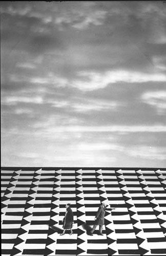 La décision évidente (d'après MC . Escher) - Gilbert Garcin