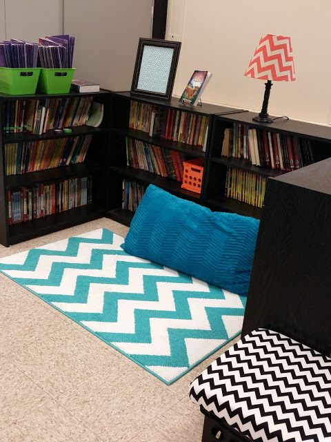 Teaching Fourth: My Classroom Reveal {2016} Reading book nook.