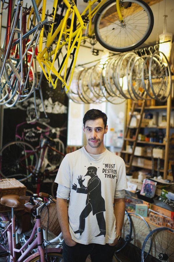 Pelayo Rodriguez de Ciclos Esplendor. Retrato para la revista GRAZIA. Nikon D700, Nikkor 35mm f/1.4. ISO 1250, 1/125 s, f/1.4. © 2013 {PelayoLacazette|fotografía}, reservados todos los derechos.