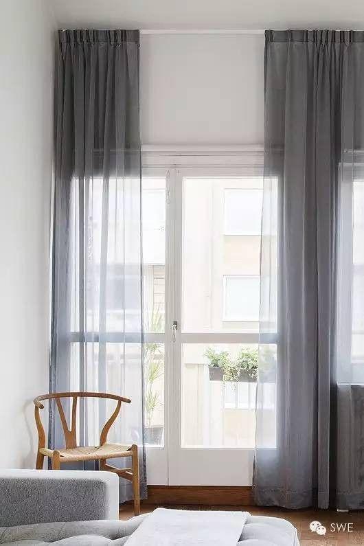 nog een fout die mensen veel maken is de gordijnen te dicht op de ramen hangen laag hangende gordijnen laten het plafond lager lijken dan dat ze zijn