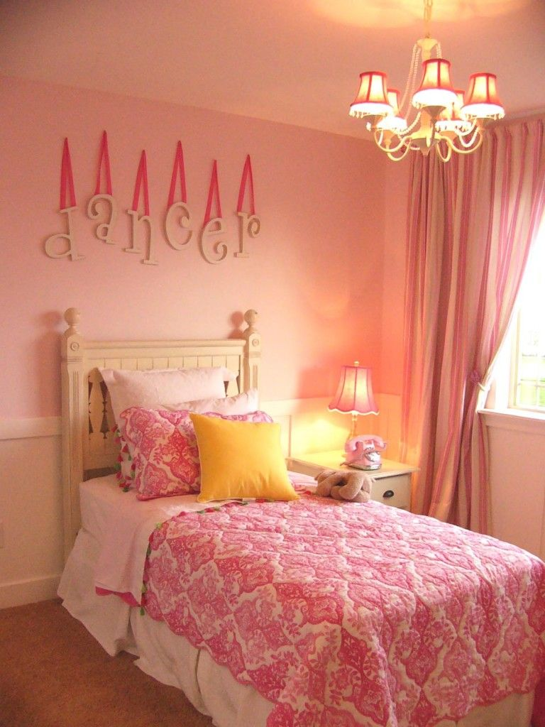 Baby Pink Glitterwallpaper used here in a girls' bedroom