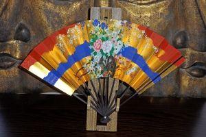 Japansk Solfjäder i Guld med blommor - La Reine Inredningar