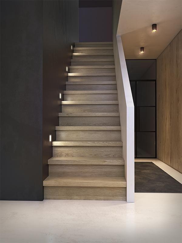 donkere trap met verlichting