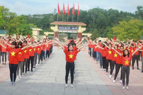 Tiết mục mặc áo cờ đỏ sao vàng xếp hình bản đồ Việt Nam - Hình 4