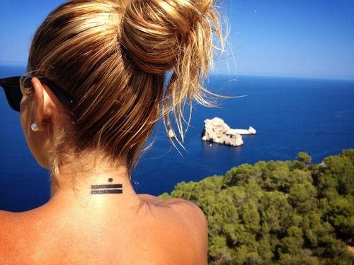 Pequeño tatuaje en la nuca del símbolo del número 11 en maya. Este tatuaje nos lo manda Patty, y la foto está sacada en las Puertas del Cielo, Ibiza. ¡Muchas gracias guapa!