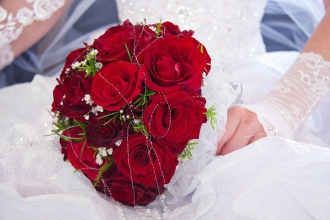 Edler Strauß mit roten Rosen und weißem Draht. | Brautstrauß ...