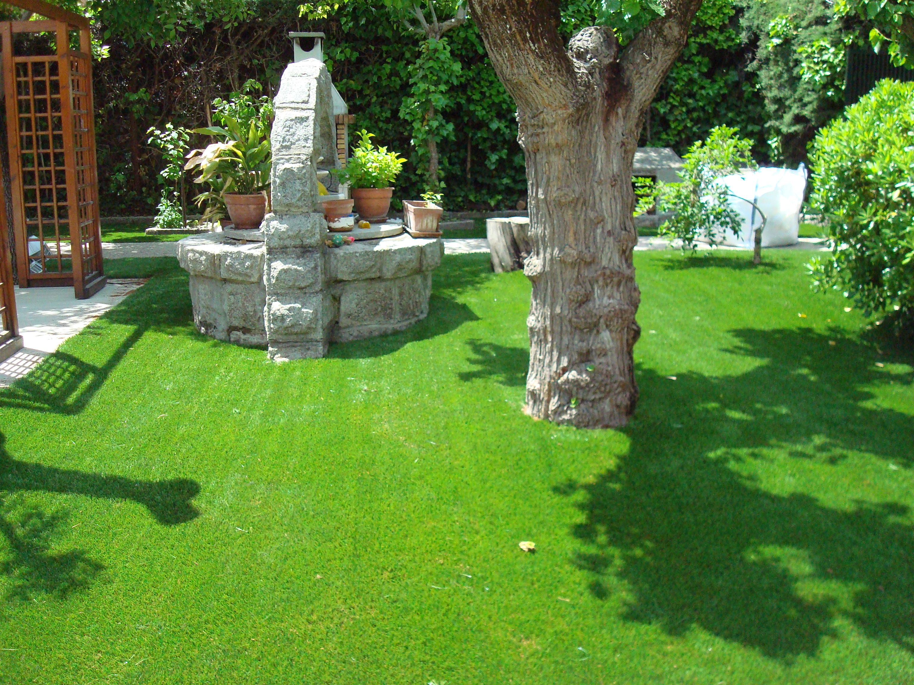 Jardin con cesped artificial bermuda 50mm instalado en los for Jardines pequenos con cesped