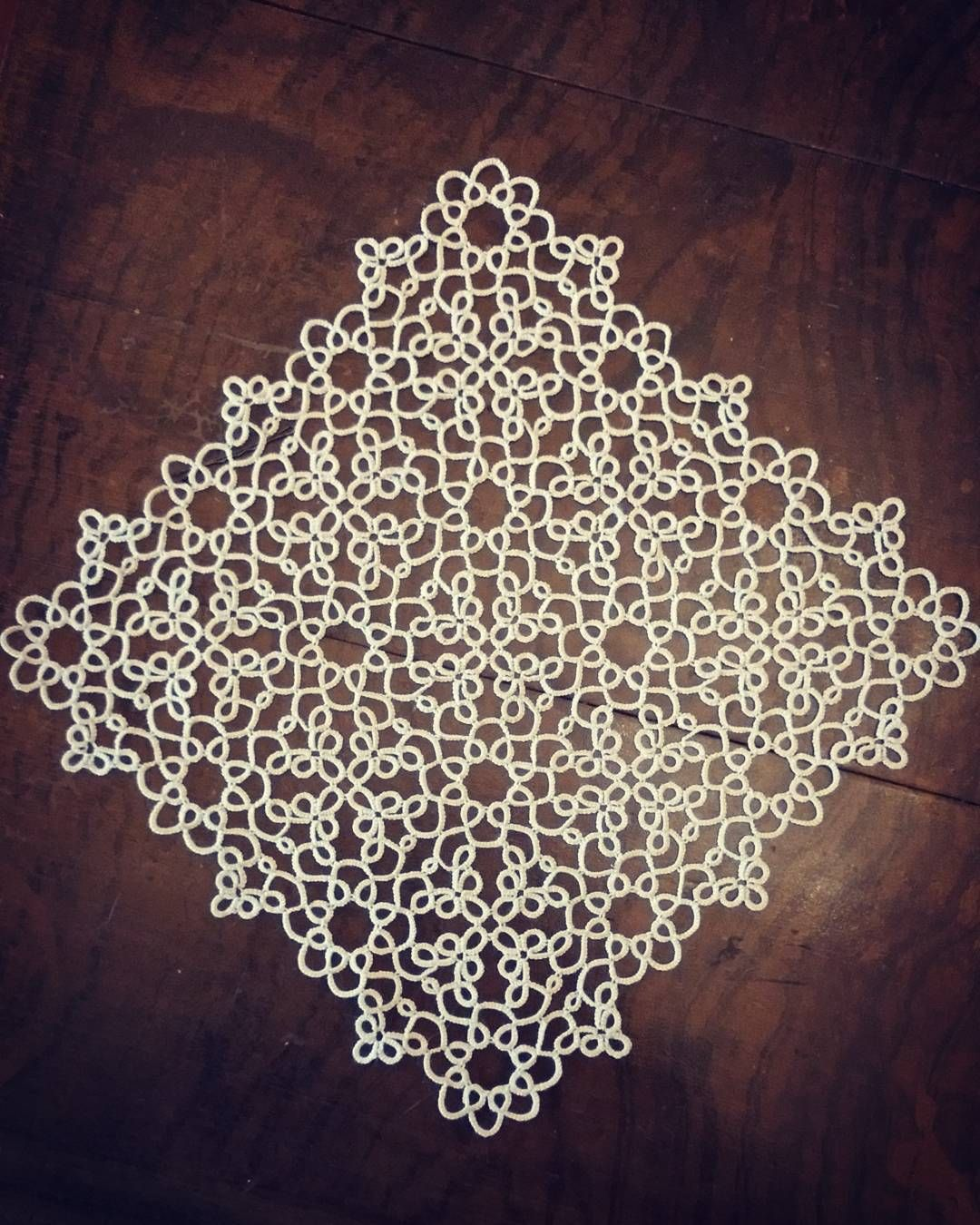 Endelig ferdig. Gammelt heklegarn funker dårlig til nupereller. . Finally finished. Did not like old crochet cotton for tatting. #nuperelle #nupereller #tatting #tattinglace