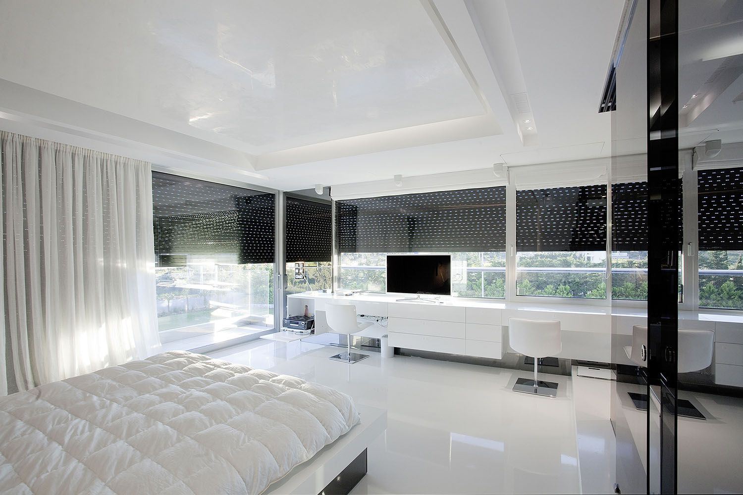 White bedroom in an Impressive Ultra Modern House in Athens | home ...