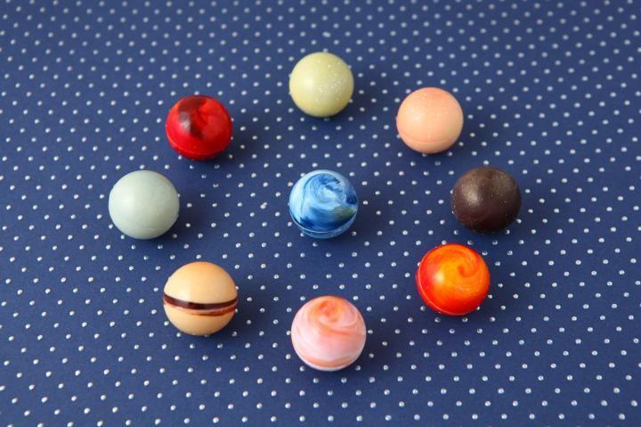 Photo of 「ショコラブティック レクラ」の惑星チョコが眩しい | ことりっぷ