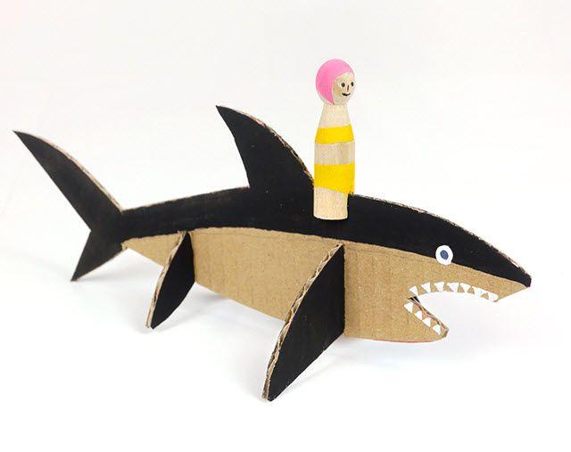 requin en carton activt s avec les enfants requin. Black Bedroom Furniture Sets. Home Design Ideas