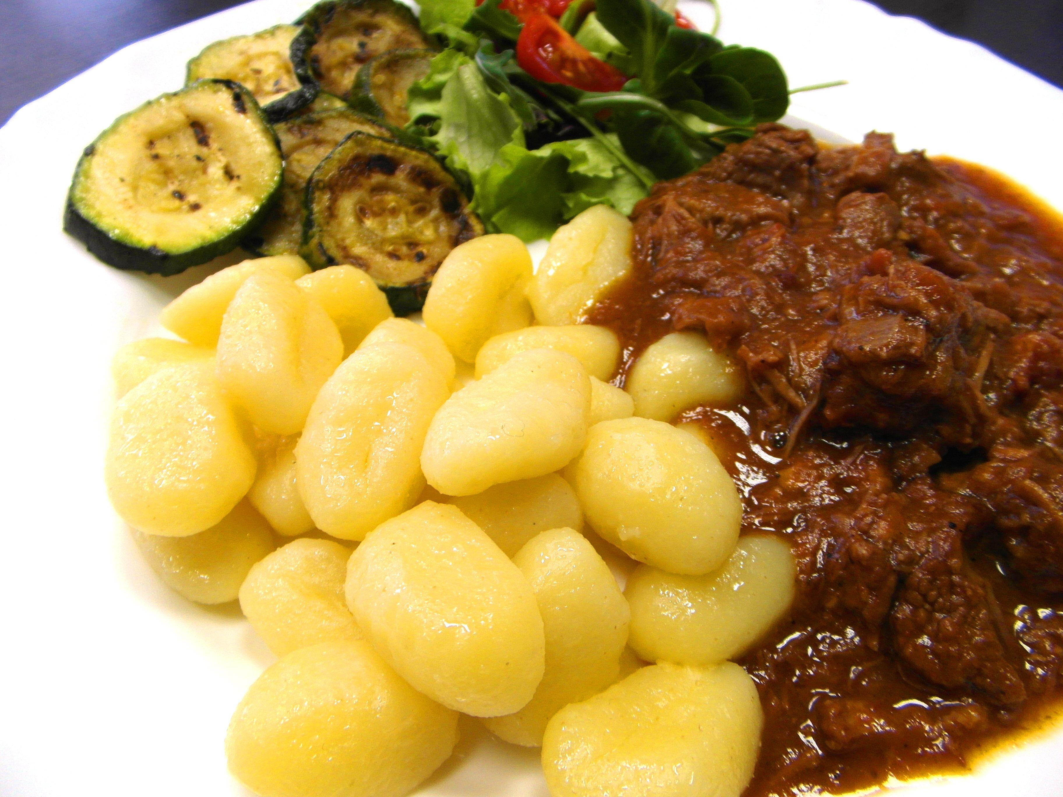 Hovädzí guláš s ňokmi a zeleninou obedová klasika - www.inmedio.sk  #gulas #noky #zelenina #obed #inmedio #jedlo #dobrejedlo