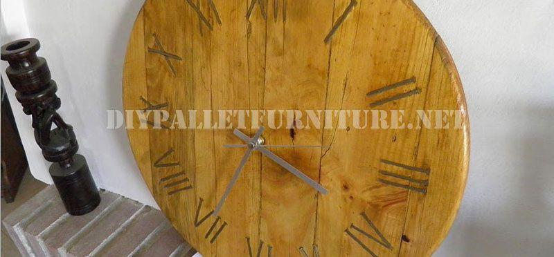 Wir lieben diese Uhr, dass Ian geschaffen hat, unter Verwendung der Palette Planken so bequem, um die Uhren Basis zu schaffen, sondern auch das Hinzufügen anderer Teil der Paletten, die rostigen Nä…