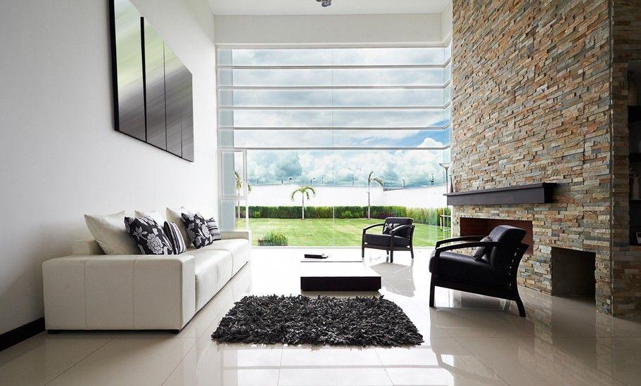 Ziegelwand Wohnzimmer ~ Bild von weißen wohnzimmer mit großen wand und boden bis zur decke