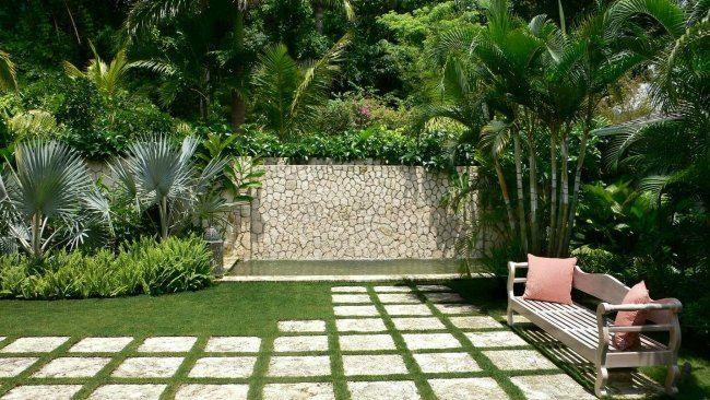 garten ideen rasen steinplatten gartenbank palmen steinmauer - steinmauer im garten