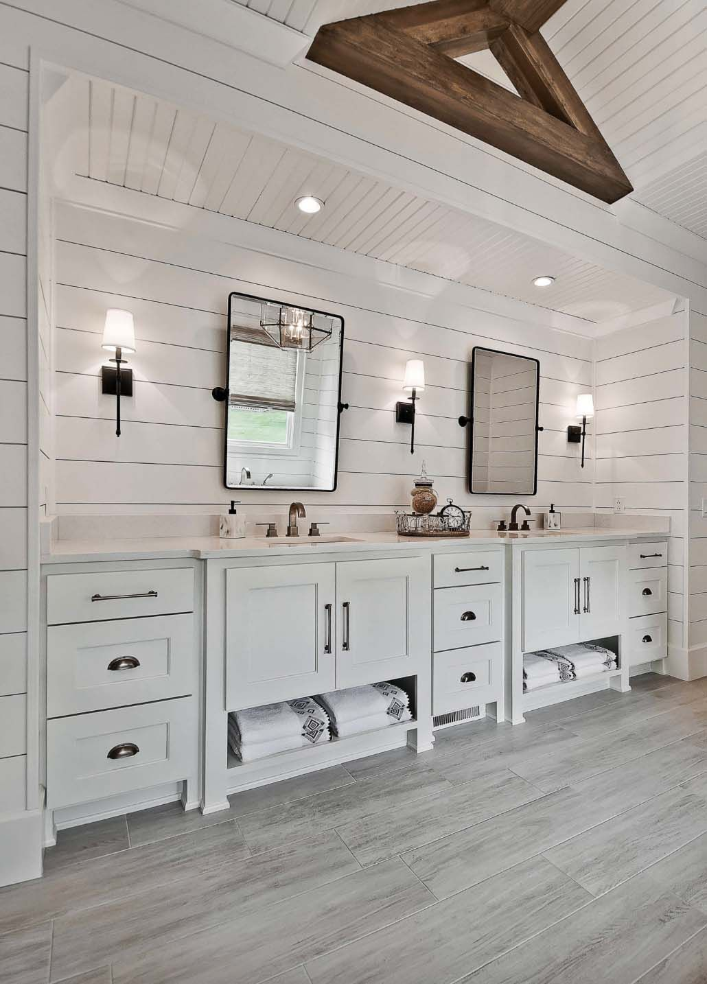 Welcoming craftsman style home with farmhouse touches in Arkansas #craftsmanstylehomes