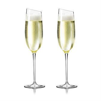 Eva Solon samppanjalasi on elegantti lasi kaikenlaiselle kuplivalle. Lasissa on vino yläreuna, mikä tekee siitä tyylipuhtaan ja käytännöllisen. Myös Eva Solon puna- ja valkoviinilaseissa on samanlainen vino yläreuna.