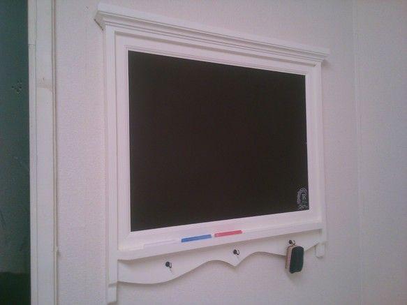 ミルキーホワイトの横型の黒板になります。パイン材で製作しました。サイズは、横幅728mm×高さ670mm×奥行50mmになります。壁に... ハンドメイド、手作り、手仕事品の通販・販売・購入ならCreema。