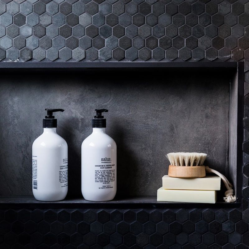 Détail niche sal le de bain en mosaïque noire, très chic bathroom