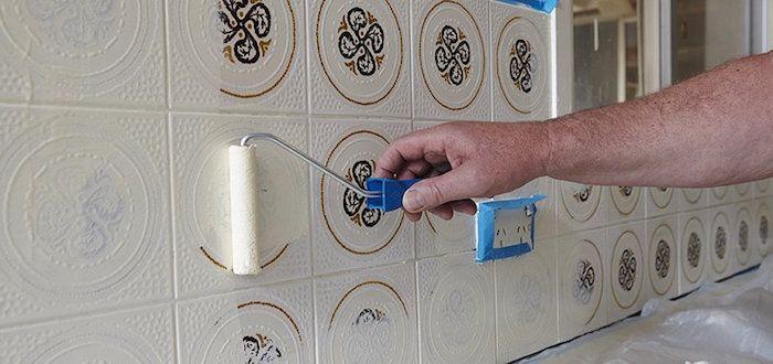 Peindre du carrelage un coup de jeune sans tuile - Comment peindre carrelage salle de bain ...