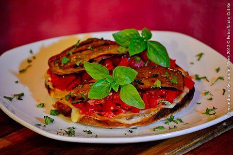 Mangi Qua Ristorante Pizzeria (jantar)    Bruschetta Mangi Qua   Pão italiano feito ao forno a lenha, gratinado com queijo provolone, leva tomates frescos, berinjela grelhada em conserva de azeite com alho, hortelã, louro e manjericão