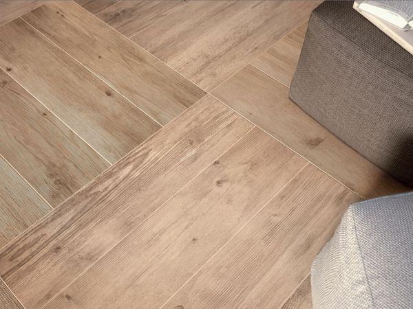 fliesen in holzoptik bodenfliesen verlegen wohnzimmer. Black Bedroom Furniture Sets. Home Design Ideas