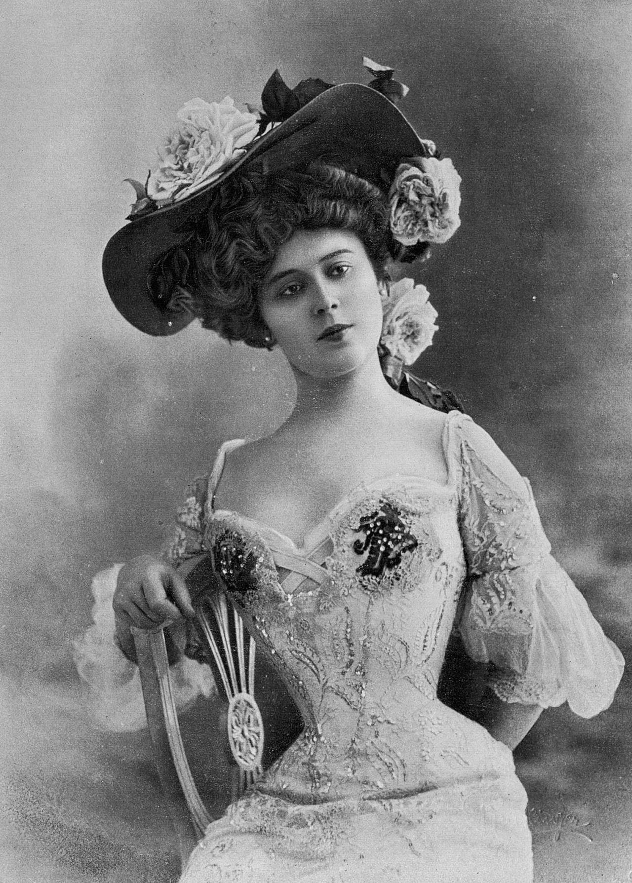 L Art Dans La Coiffure Manon Loti Photo By Reutlinger Les Modes August 1907 Art Nouveau Fashion Vintage Photos Women Art Deco Fashion