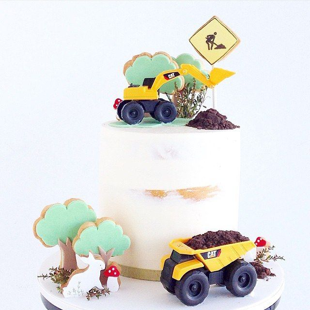 To amando esta tendência de colocar biscoitos decorados em bolos! #Repost @spoonandfork_sydney ・・・ A little close up of the construction cake for Cooper  #sfsyd_birthday