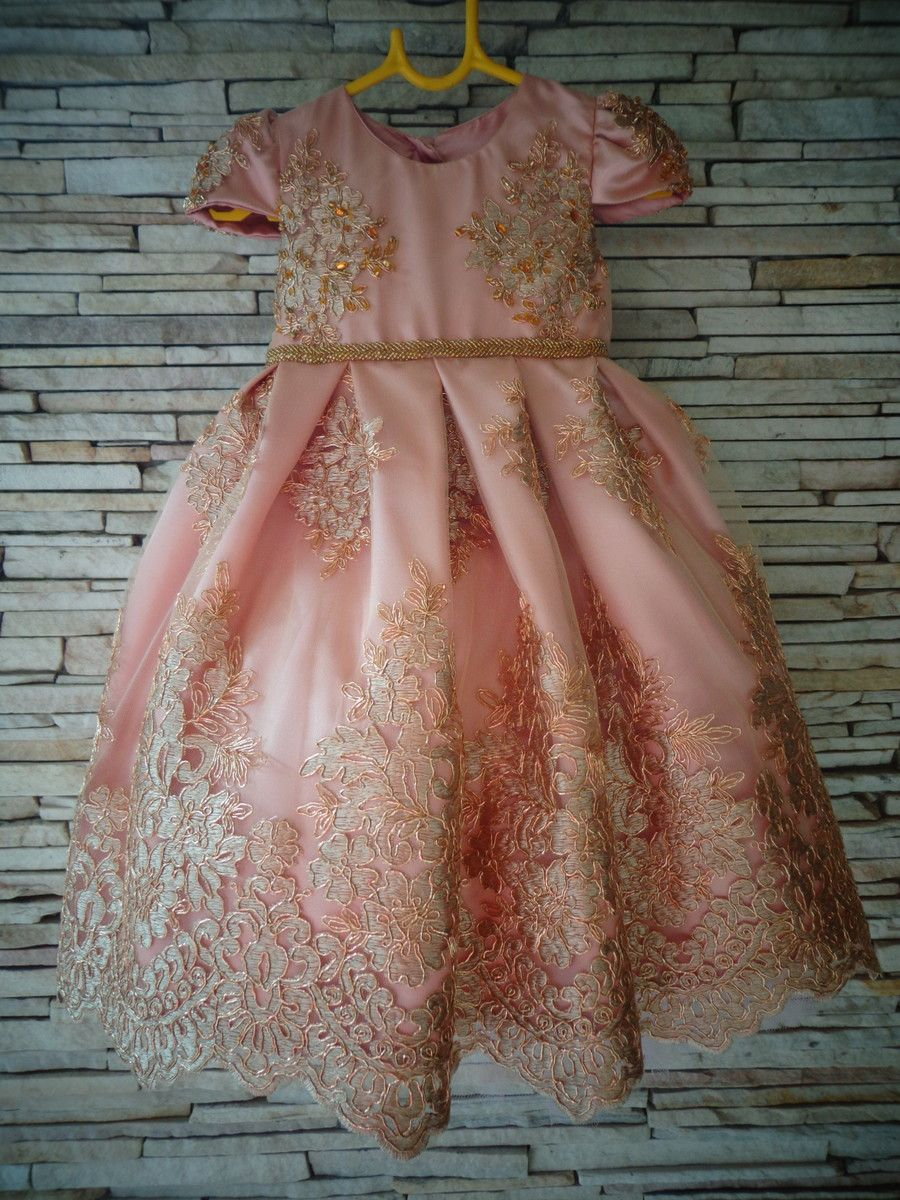 783b73289 Vestido festa infantil Realeza no. Vestido feito em cetim e renda dourada  todo bordado a mão Incluso saiote para armar Pode ser feito em várias cores