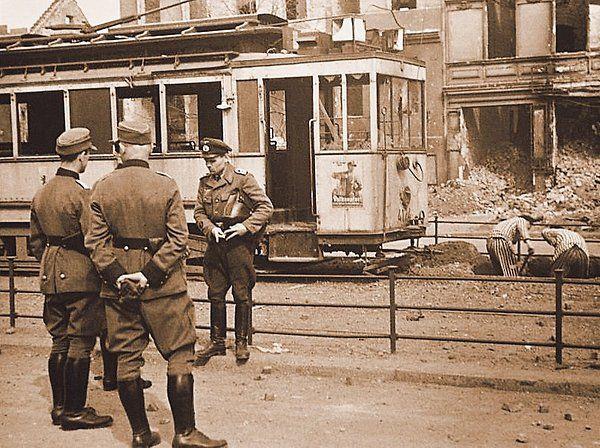 1945 2 KZ-Haeftlinge muessen fuer die BVG eine Bombe aus dem Strassenbahngleis bergen