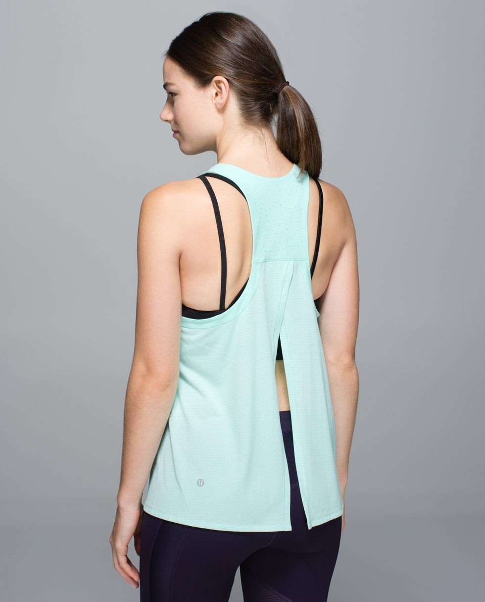 We know things are bound to get sweaty when we're clipping in for an indoor ride or spreading out our towels for an intense Hot yoga class. We designed this super lightweight tank with a breezy back and anti-stink fabric so that we can move full steam ahead without worrying about spontaneous (stinky) combustion.