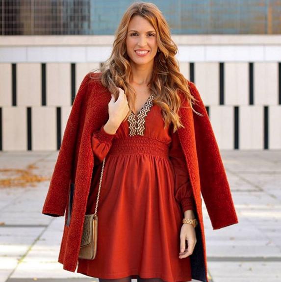 Raquel Rodriguez-Vestido de Fórmula Joven y abrigo de Tintoretto