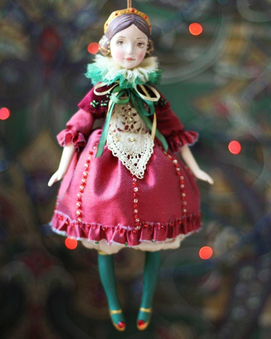 Нашла свой дом и елку . #елочноеукрашение #елочнаяигрушка #скороновыйгод #кукла #куклы_ольги_гречко #авторскаякукла #новыйгод #праздник #рождество #подарок #елка #елка2017 #doll #artdoll #treeornaments #dollmaker #newyearcomingsoon #holiday #newyear #christmas #happynewyear