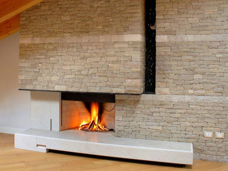 Camino In Pietra Moderno : Caminetto moderno con parete in pietra a spacco fireplace in the