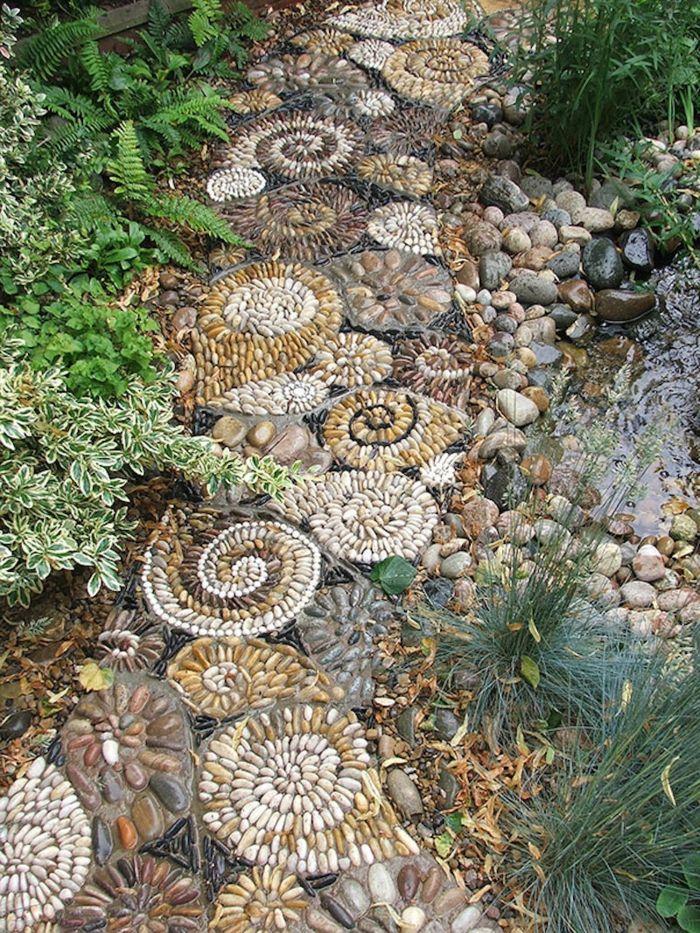 111 Gartenwege Gestalten Beispiele 7 Tolle Materialien Fur Den Boden Im Garten Mosaikgarten Mosaik Gehweg Landschaftsbau Mit Steinen