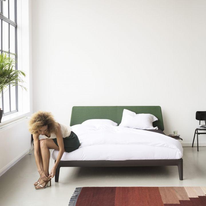 de auping essential is met zijn ranke belijningen en licht. Black Bedroom Furniture Sets. Home Design Ideas