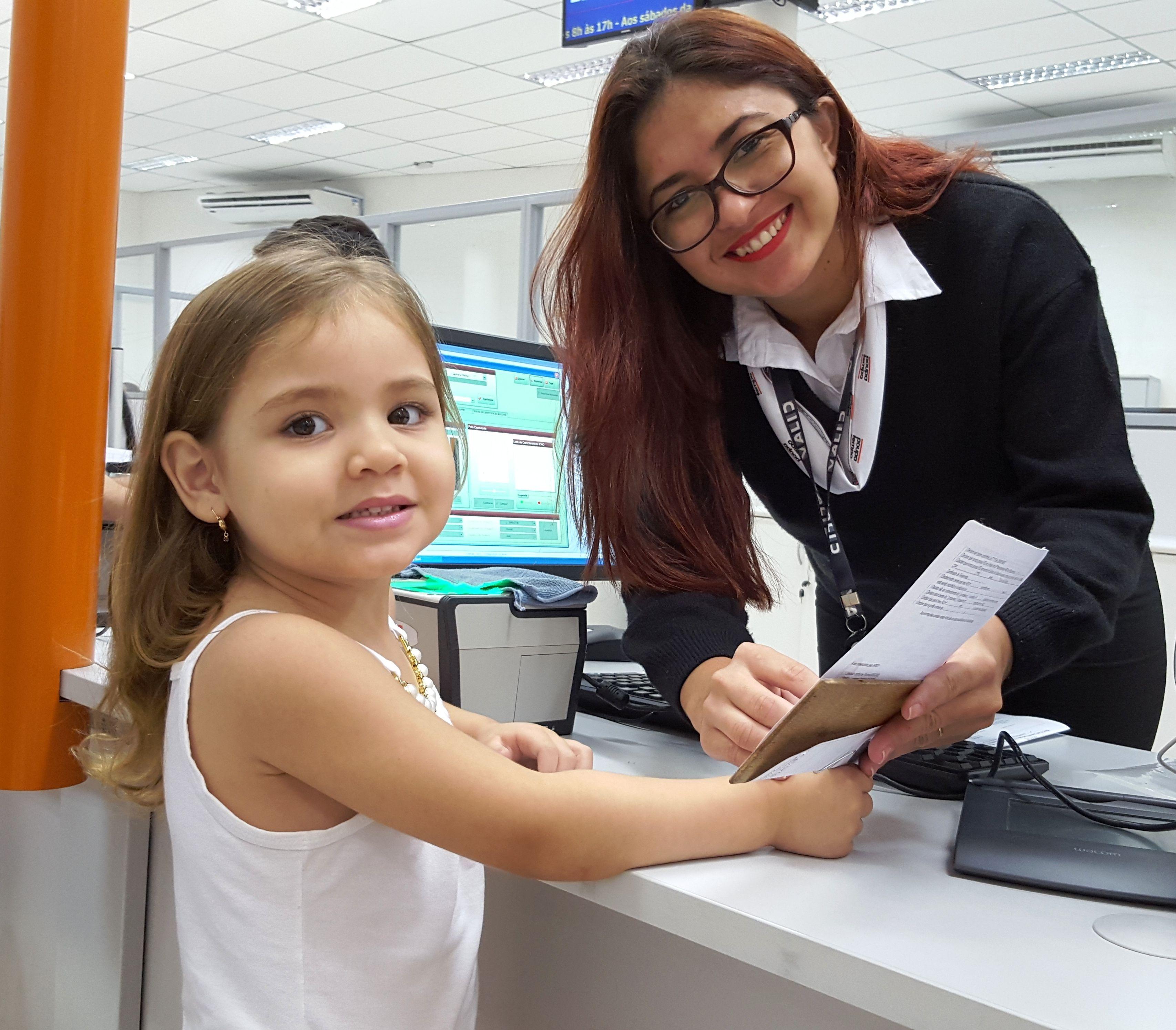 Sthefanie e Ricardo já levaram sua filha Julia para tirar o primeiro RG no Poupatempo Guarujá. Além de ser mais prático que a Certidão de Nascimento, o documento também deixa a criança mais segura.