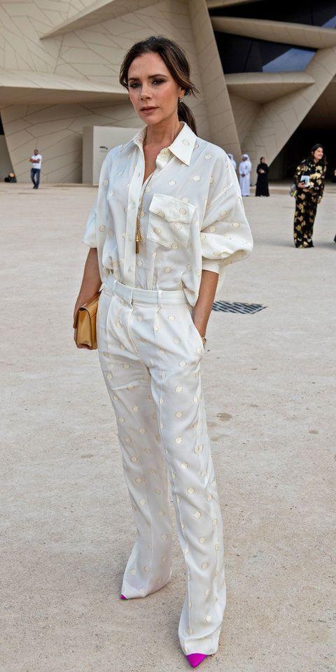 Photo of Victoria Beckham har på seg kjole og blå…