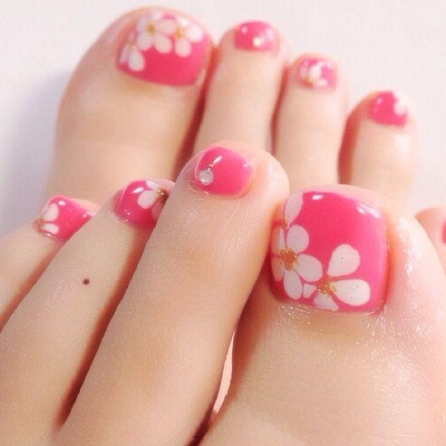 ピンクのフラワー柄の春フットネイルデザイン