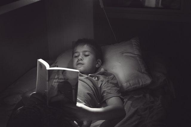 Nilo leyendo un libro