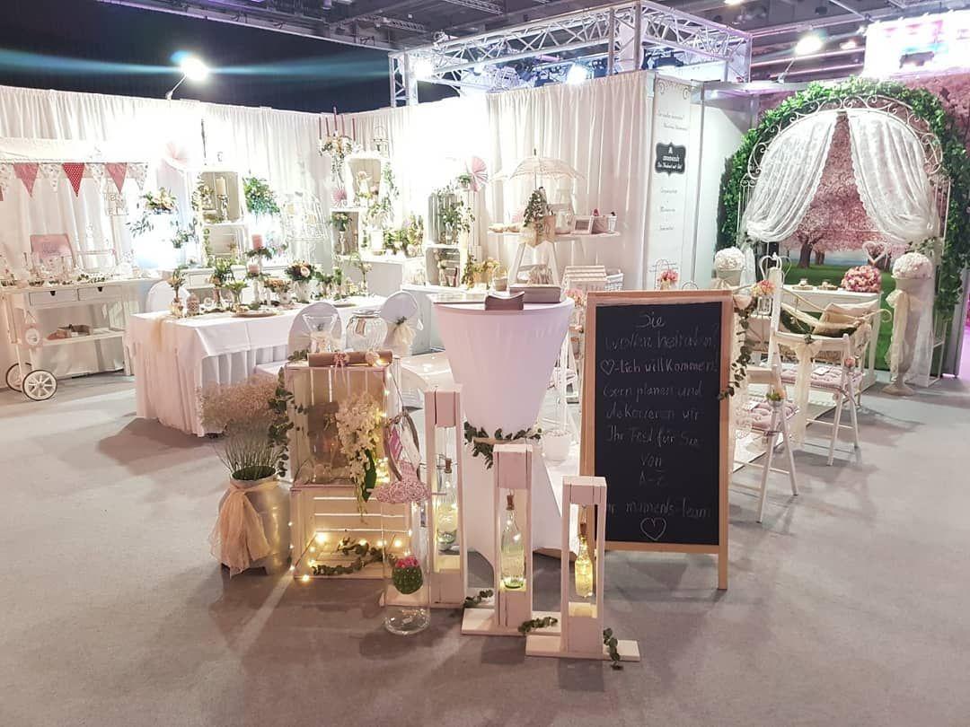 Hier Ein Paar Inspirationen Von Der Hochzeitsmesse 2019 In Erfurt Hochzeitsdeko Hochzeitsmesse Floristik Table Decorations Decor Home Decor
