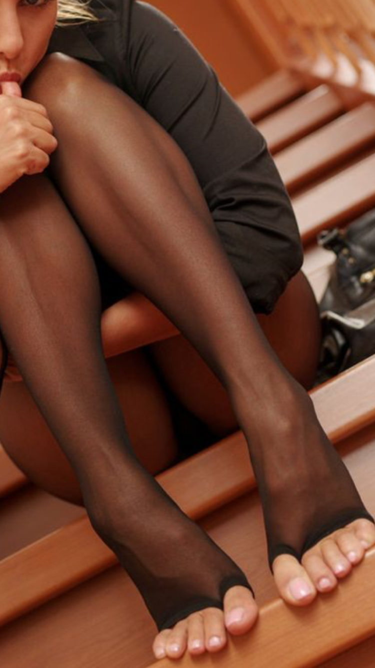 Sexy from pretty toes and pantyhose complicité épouse