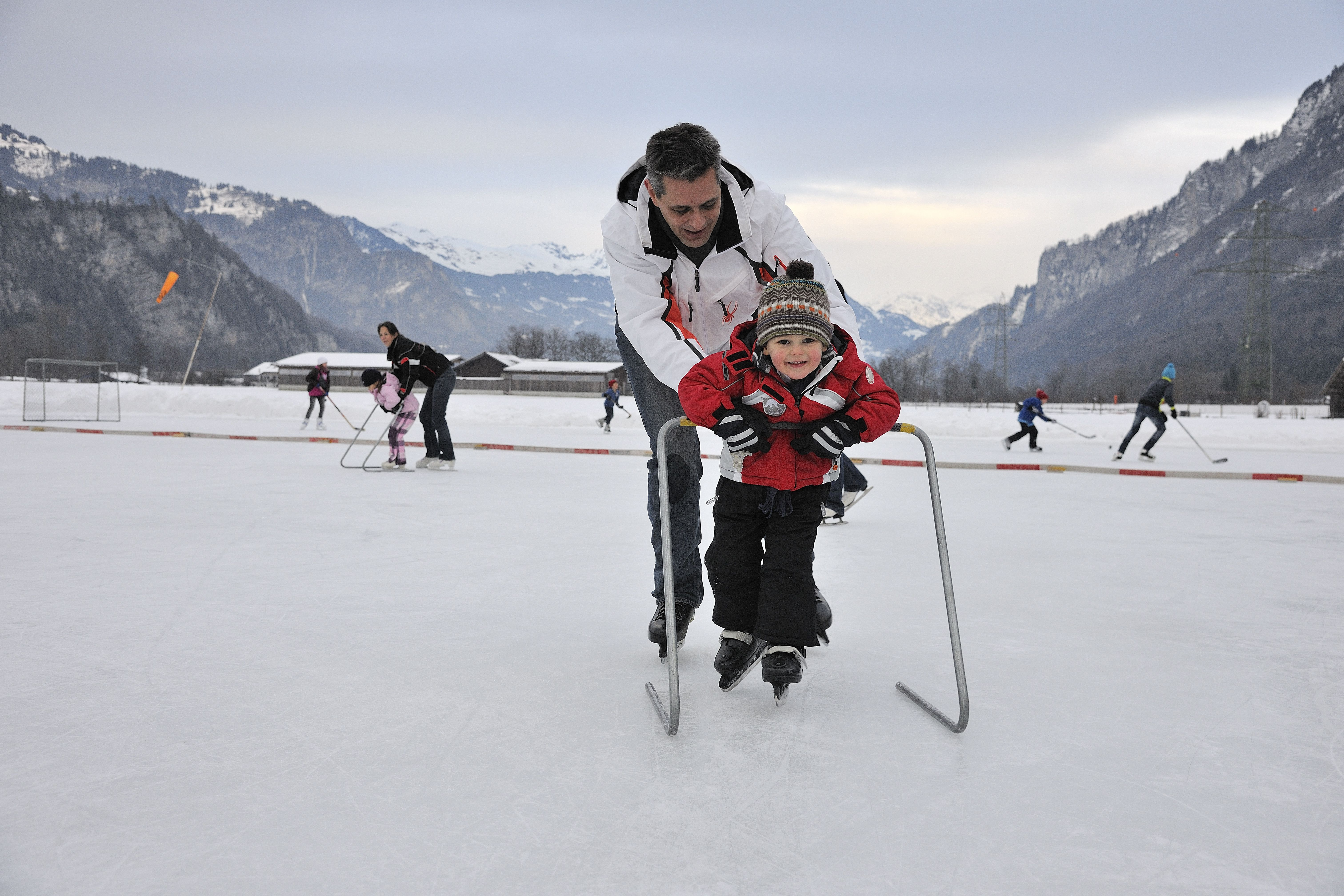 Our weekend tip for non-skiers: a visit of the natural ice rink in Brienz.