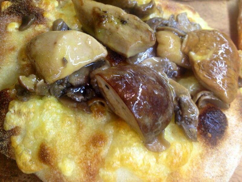 Pinsa e trifolata di funghi porcini!  #magnificoeat #ciboperpassione #viasistina #roma #streetfood #tripadvisor #piazzabarberini #rome #followme #italy #goodfood #foodporn #photooftheday #piazzabarberini #pinsa #pinsaromana