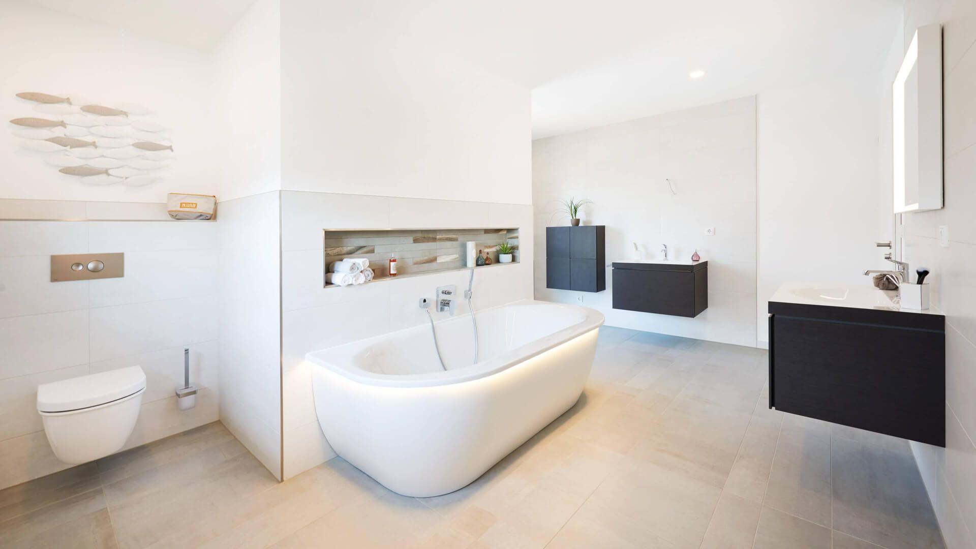 Badezimmermöbel grau ~ Badezimmer mit badewanne graue bodenfliesen schwarze