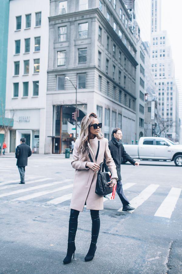 Megan Anderson on yllään takki ja nilkkurit Zara, musta Givenchyn laukku ja Lysse leggingsit